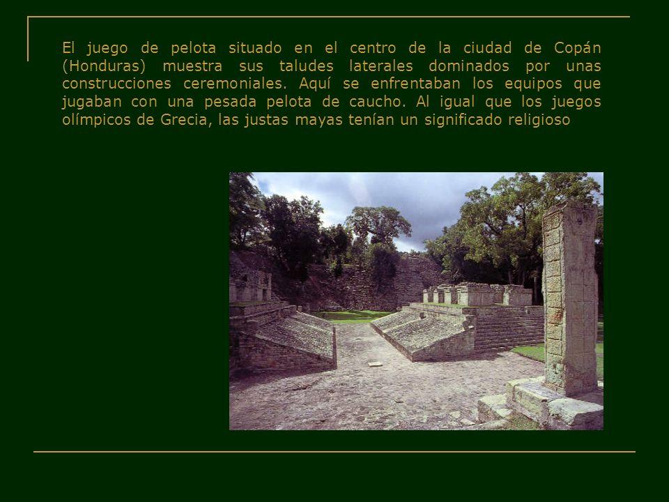 El juego de pelota situado en el centro de la ciudad de Copán (Honduras) muestra sus taludes laterales dominados por unas construcciones ceremoniales.