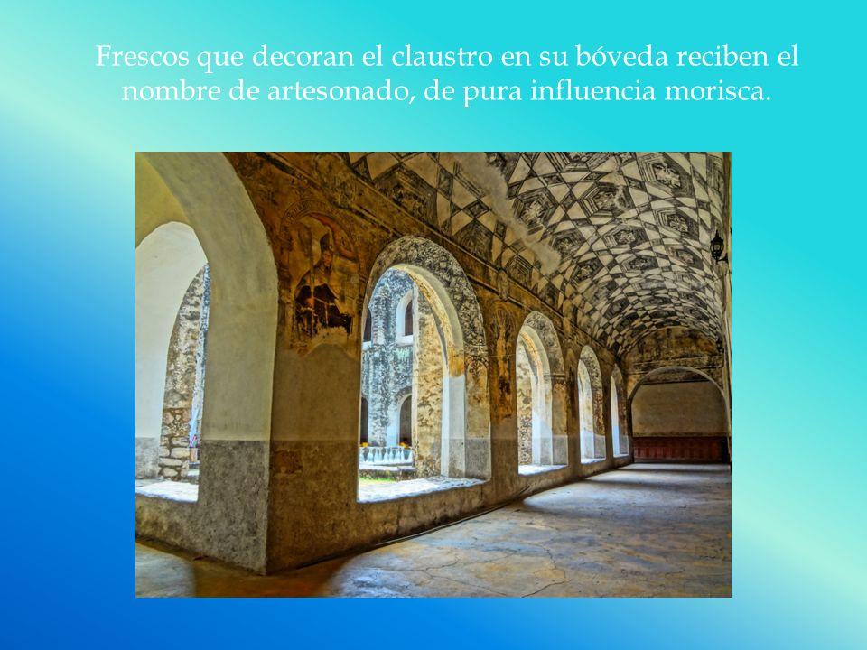 Frescos que decoran el claustro en su bóveda reciben el nombre de artesonado, de pura influencia morisca.