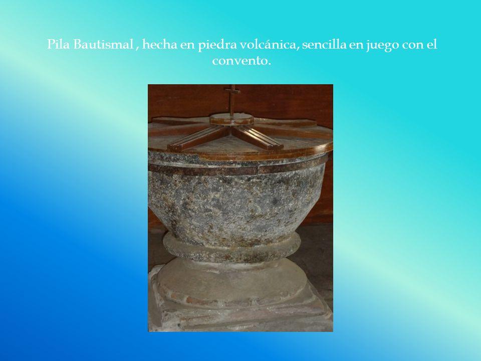 Pila Bautismal , hecha en piedra volcánica, sencilla en juego con el convento.