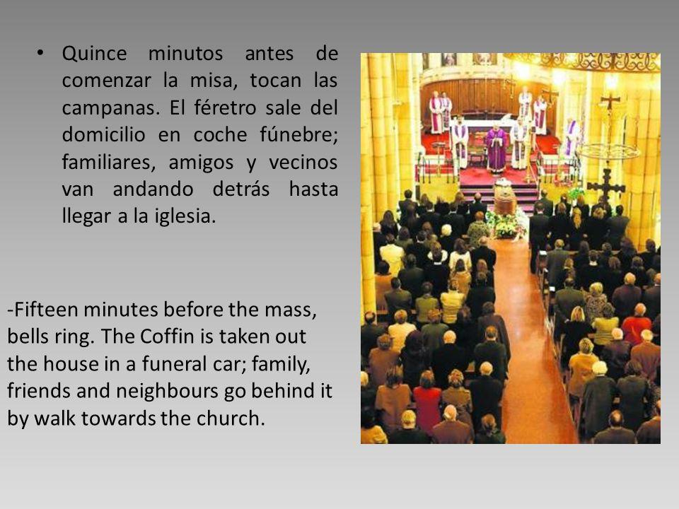 Quince minutos antes de comenzar la misa, tocan las campanas