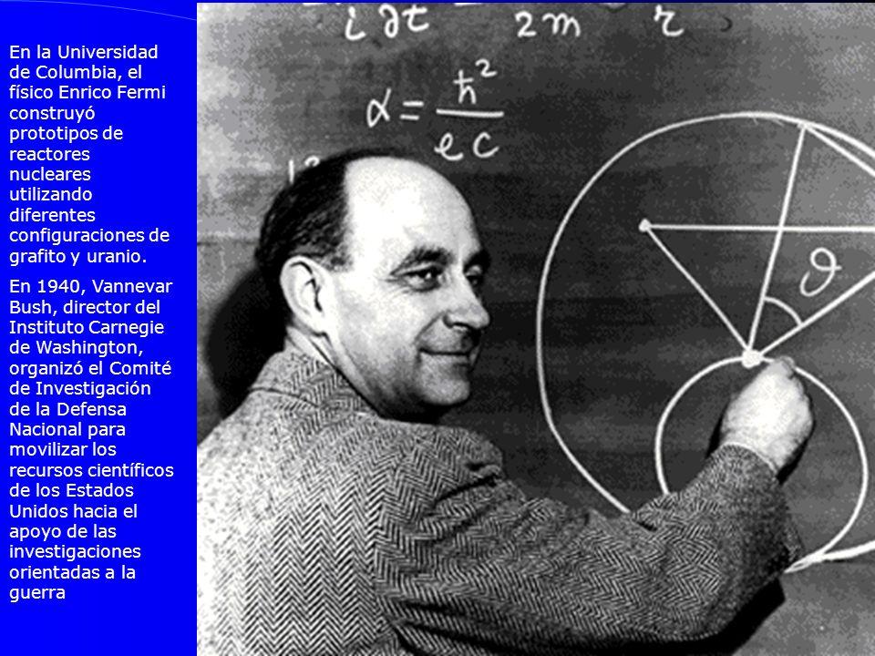 En la Universidad de Columbia, el físico Enrico Fermi construyó prototipos de reactores nucleares utilizando diferentes configuraciones de grafito y uranio.