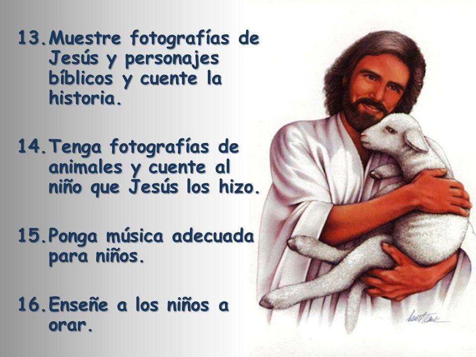 Muestre fotografías de Jesús y personajes bíblicos y cuente la historia.