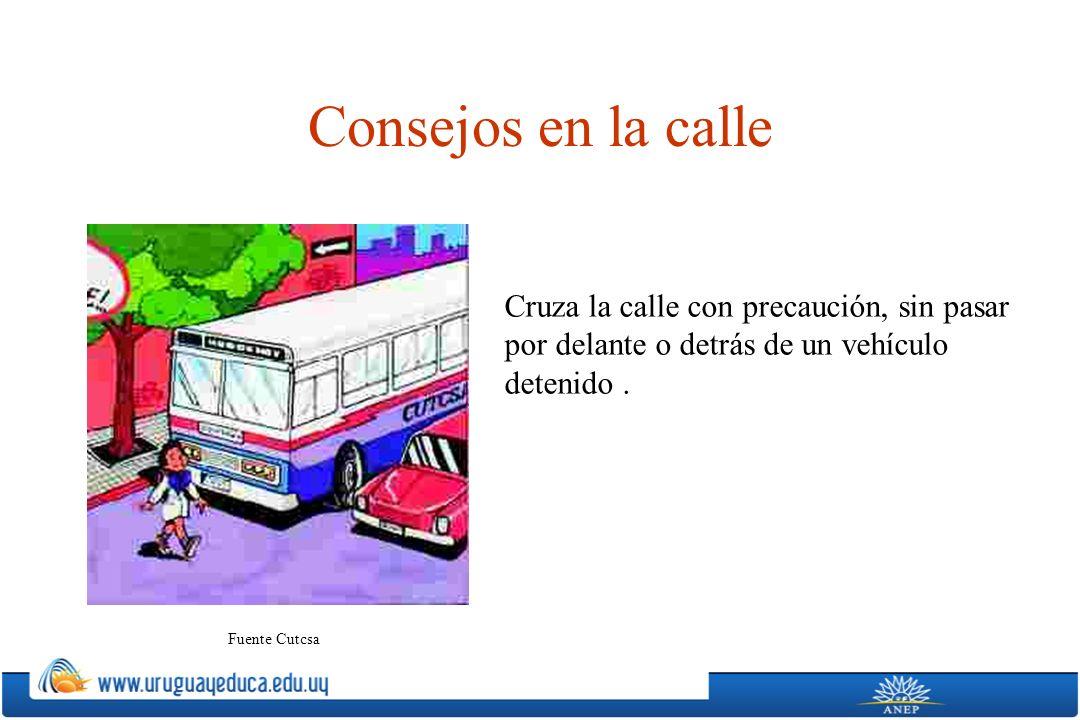 Consejos en la calle Cruza la calle con precaución, sin pasar por delante o detrás de un vehículo detenido .