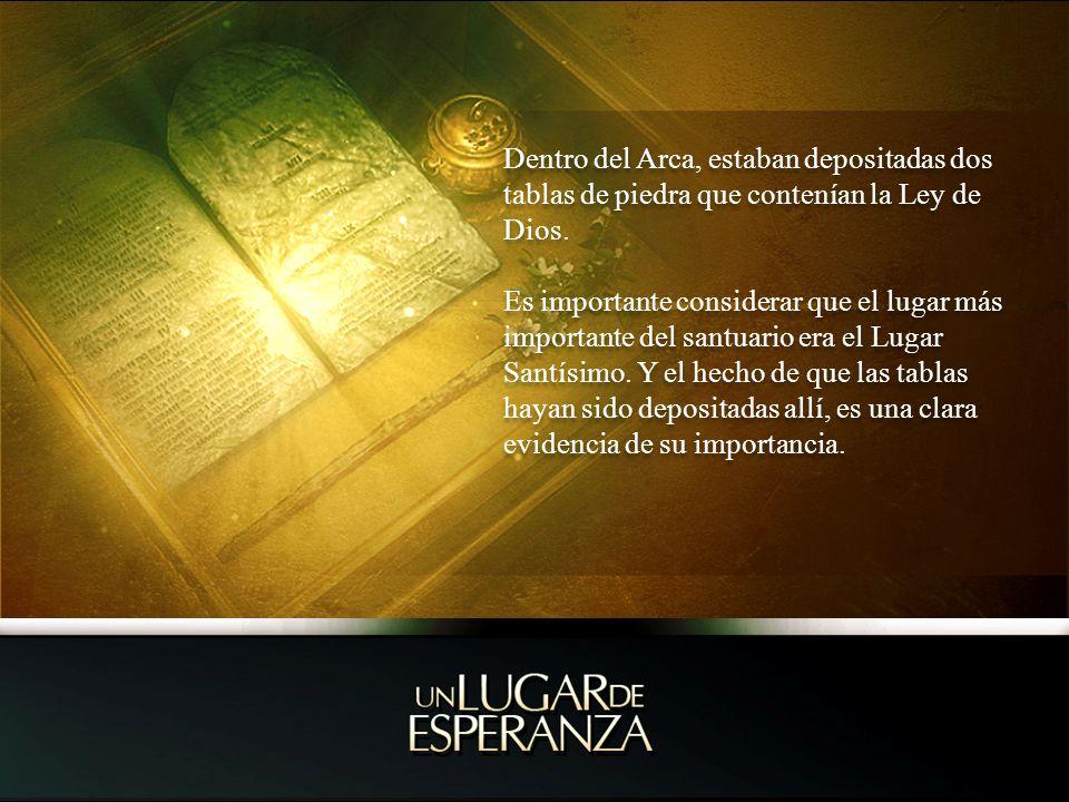 Dentro del Arca, estaban depositadas dos tablas de piedra que contenían la Ley de Dios.