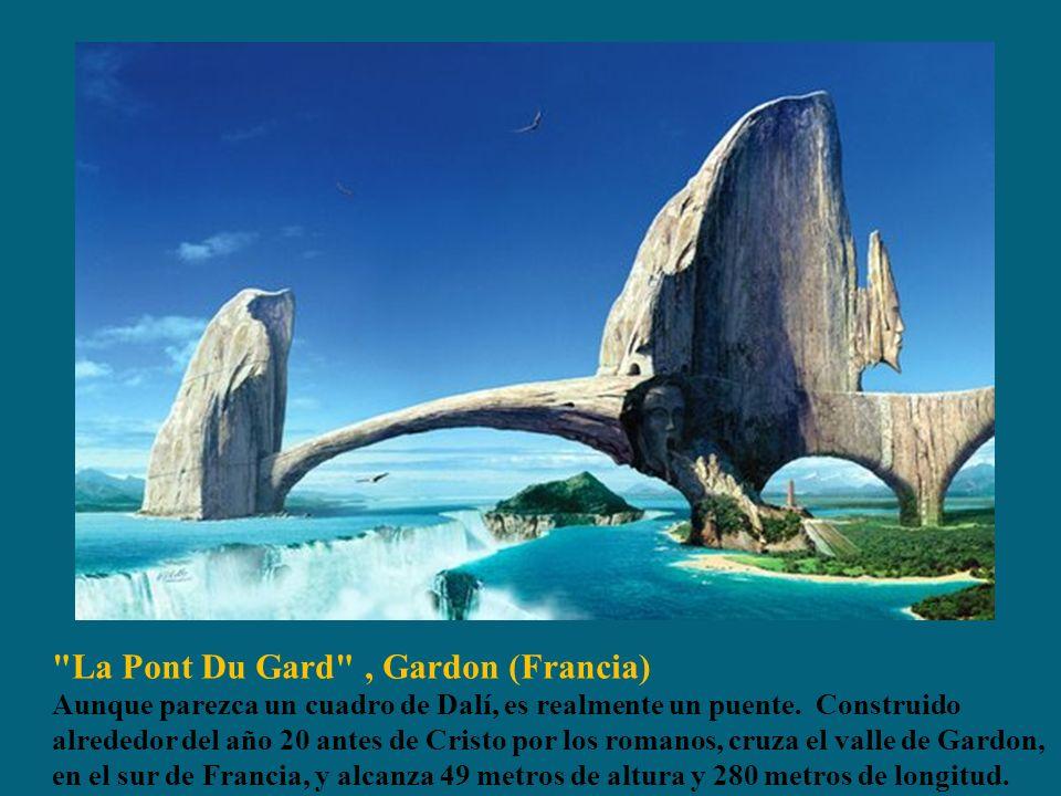 La Pont Du Gard , Gardon (Francia) Aunque parezca un cuadro de Dalí, es realmente un puente. Construido alrededor del año 20 antes de Cristo por los romanos, cruza el valle de Gardon, en el sur de Francia, y alcanza 49 metros de altura y 280 metros de longitud.