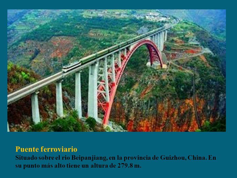 Puente ferroviario Situado sobre el rio Beipanjiang, en la provincia de Guizhou, China. En su punto más alto tiene un altura de 279.8 m.
