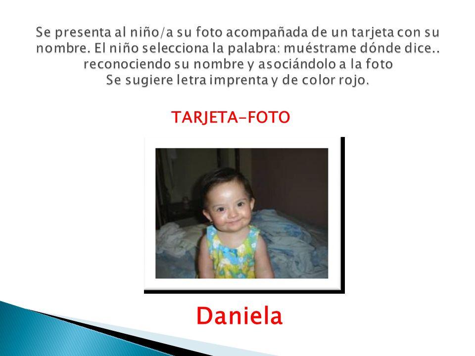 Se presenta al niño/a su foto acompañada de un tarjeta con su nombre