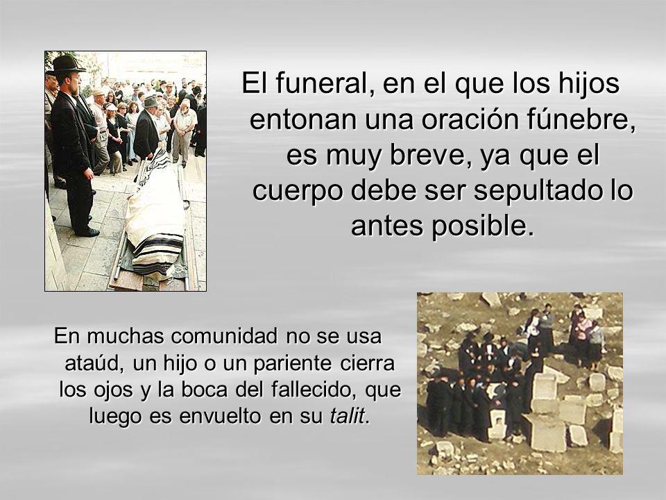 El funeral, en el que los hijos entonan una oración fúnebre, es muy breve, ya que el cuerpo debe ser sepultado lo antes posible.