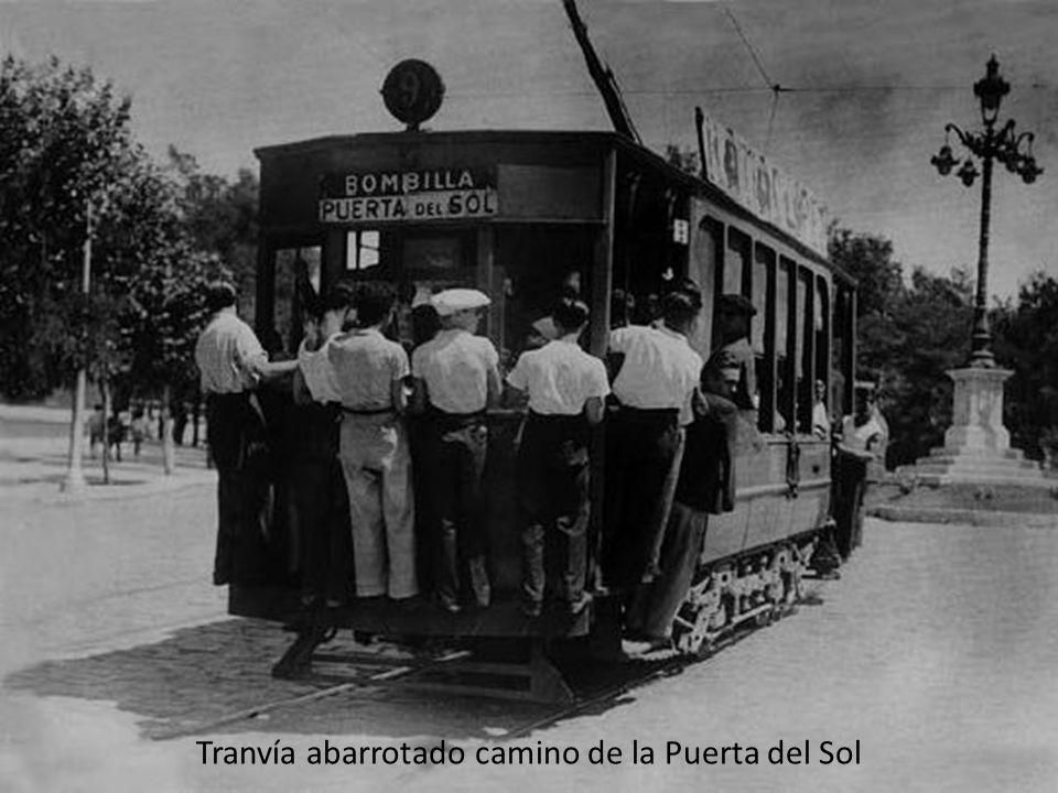 Tranvía abarrotado camino de la Puerta del Sol