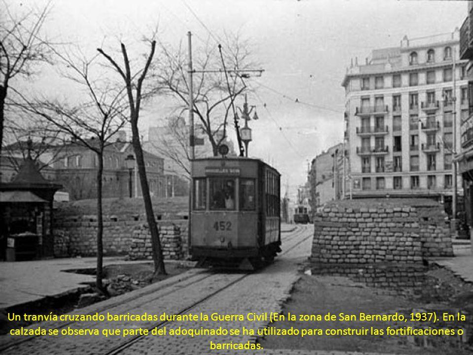 Un tranvía cruzando barricadas durante la Guerra Civil (En la zona de San Bernardo, 1937).