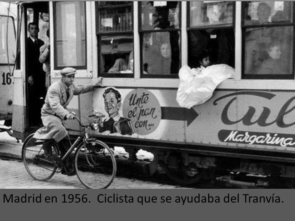 Madrid en 1956. Ciclista que se ayudaba del Tranvía.