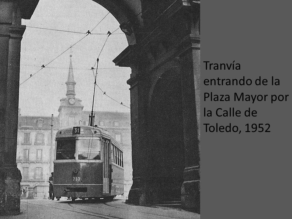 Tranvía entrando de la Plaza Mayor por la Calle de Toledo, 1952