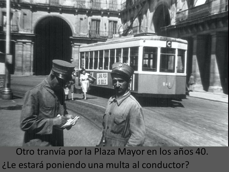Otro tranvía por la Plaza Mayor en los años 40.