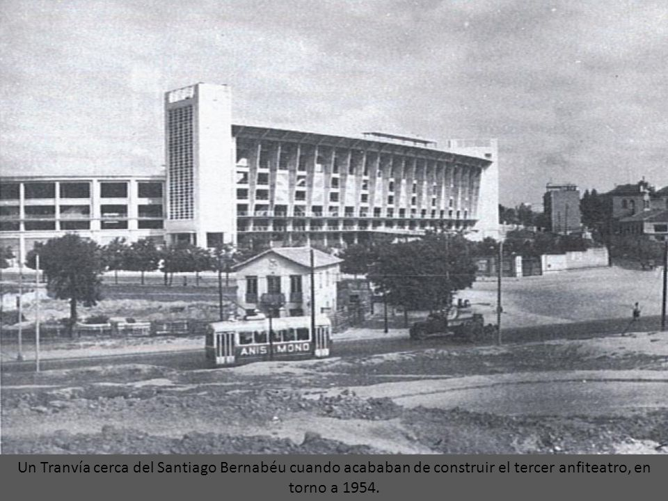 Un Tranvía cerca del Santiago Bernabéu cuando acababan de construir el tercer anfiteatro, en torno a 1954.