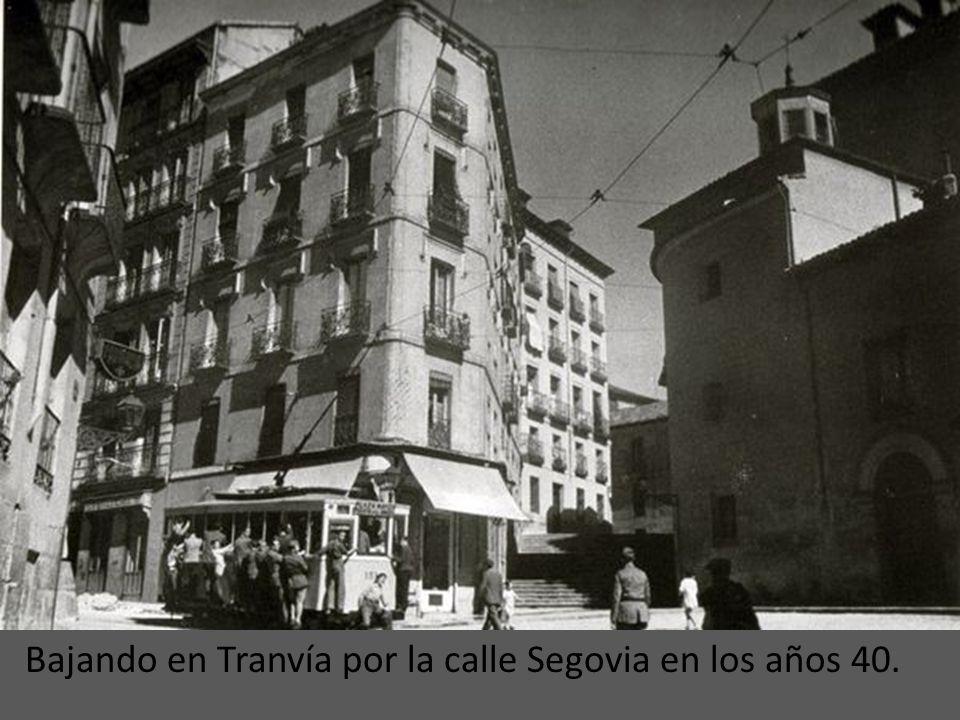 Bajando en Tranvía por la calle Segovia en los años 40.