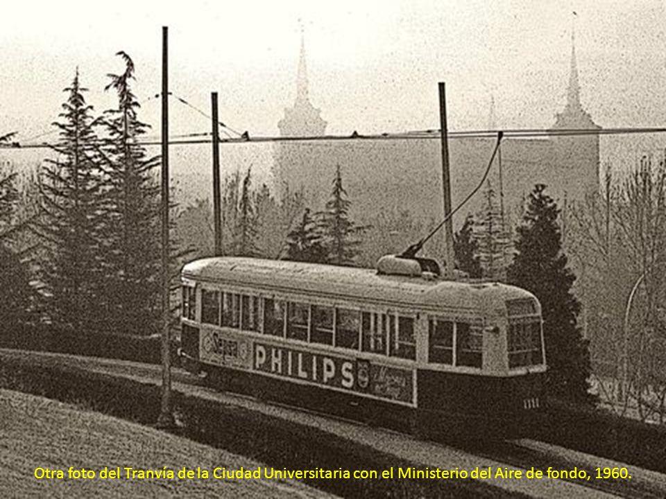 Otra foto del Tranvía de la Ciudad Universitaria con el Ministerio del Aire de fondo, 1960.
