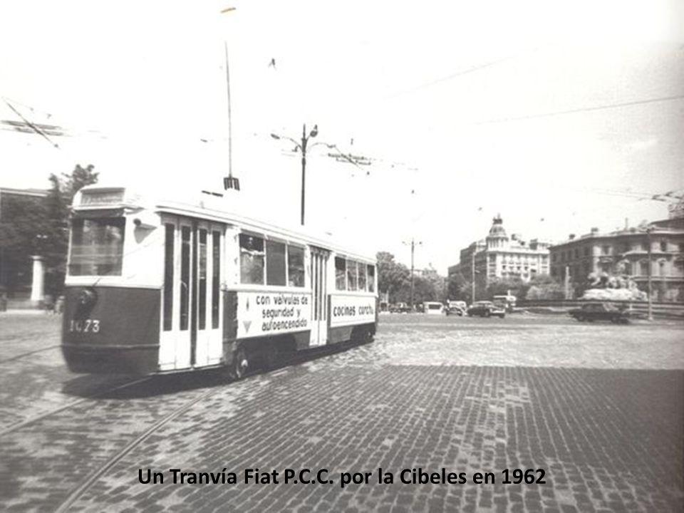 Un Tranvía Fiat P.C.C. por la Cibeles en 1962