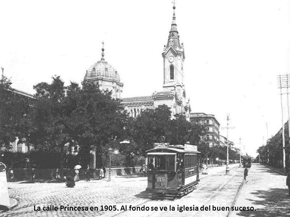 La calle Princesa en 1905. Al fondo se ve la iglesia del buen suceso.