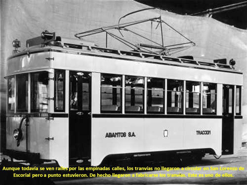 Aunque todavía se ven raíles por las empinadas calles, los tranvías no llegaron a circular en San Lorenzo de Escorial pero a punto estuvieron.