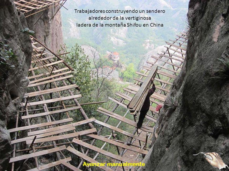 Trabajadores construyendo un sendero alrededor de la vertiginosa