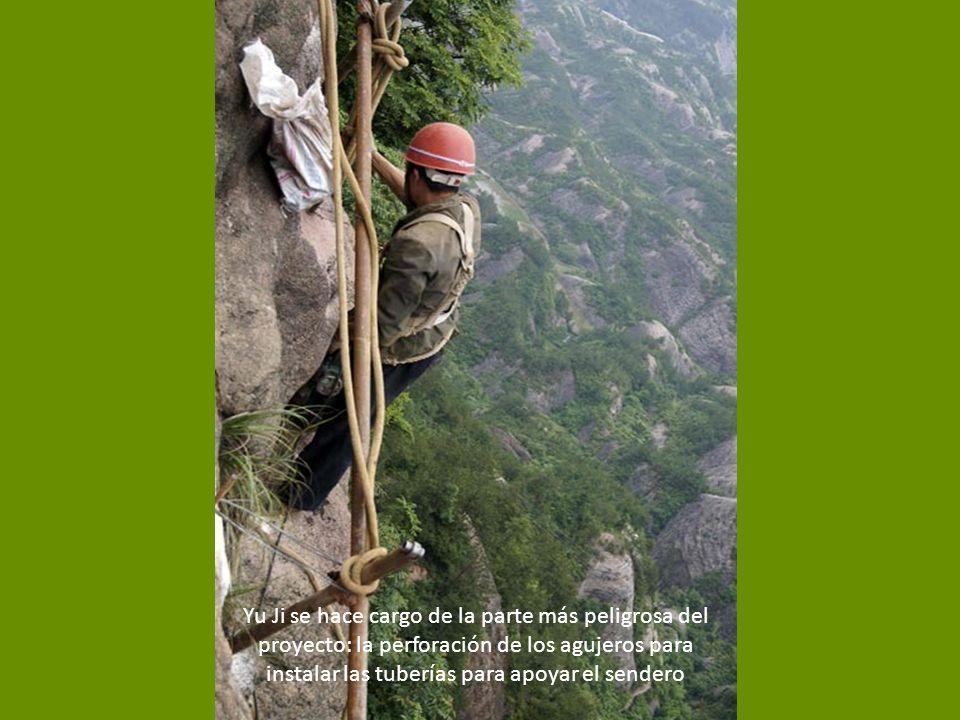 Yu Ji se hace cargo de la parte más peligrosa del proyecto: la perforación de los agujeros para instalar las tuberías para apoyar el sendero