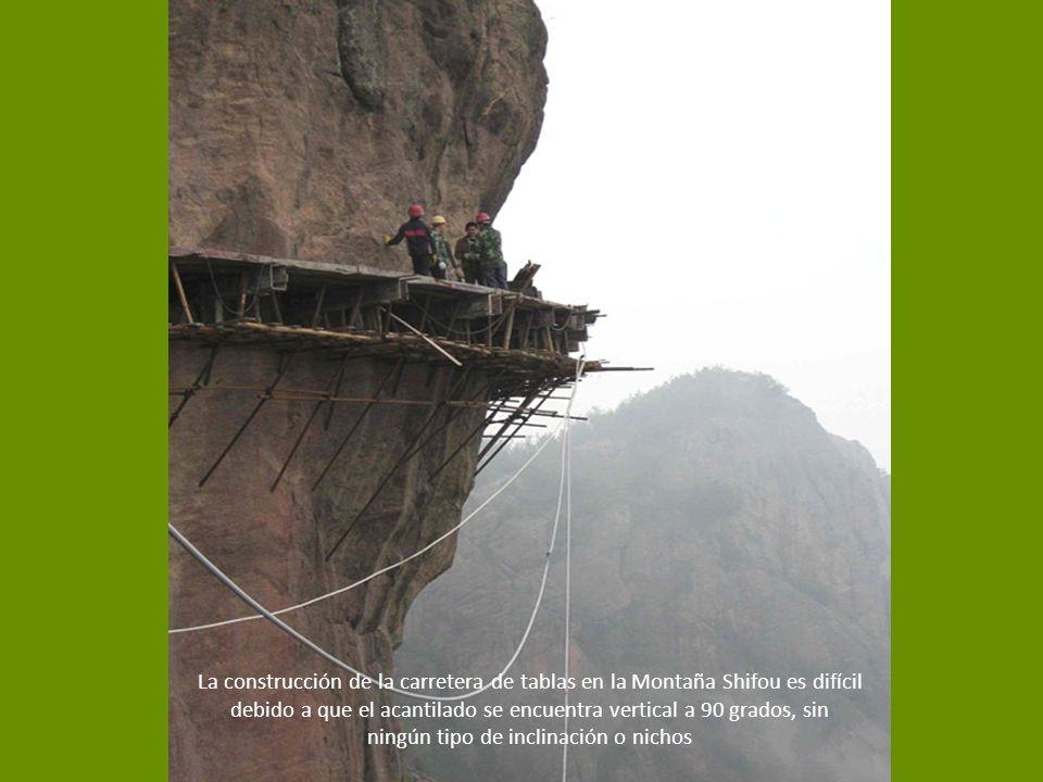 La construcción de la carretera de tablas en la Montaña Shifou es difícil debido a que el acantilado se encuentra vertical a 90 grados, sin ningún tipo de inclinación o nichos