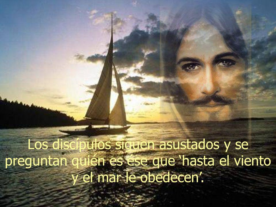 Los discípulos siguen asustados y se preguntan quién es ése que 'hasta el viento y el mar le obedecen'.