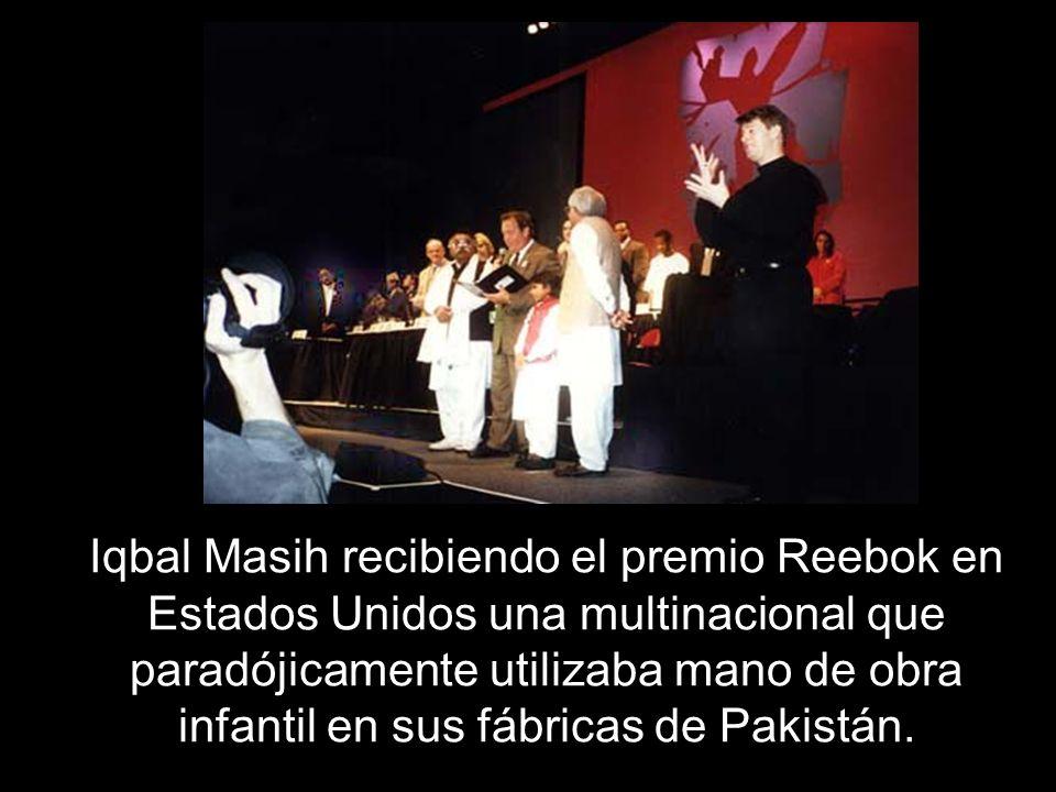Iqbal Masih recibiendo el premio Reebok en Estados Unidos una multinacional que paradójicamente utilizaba mano de obra infantil en sus fábricas de Pakistán.
