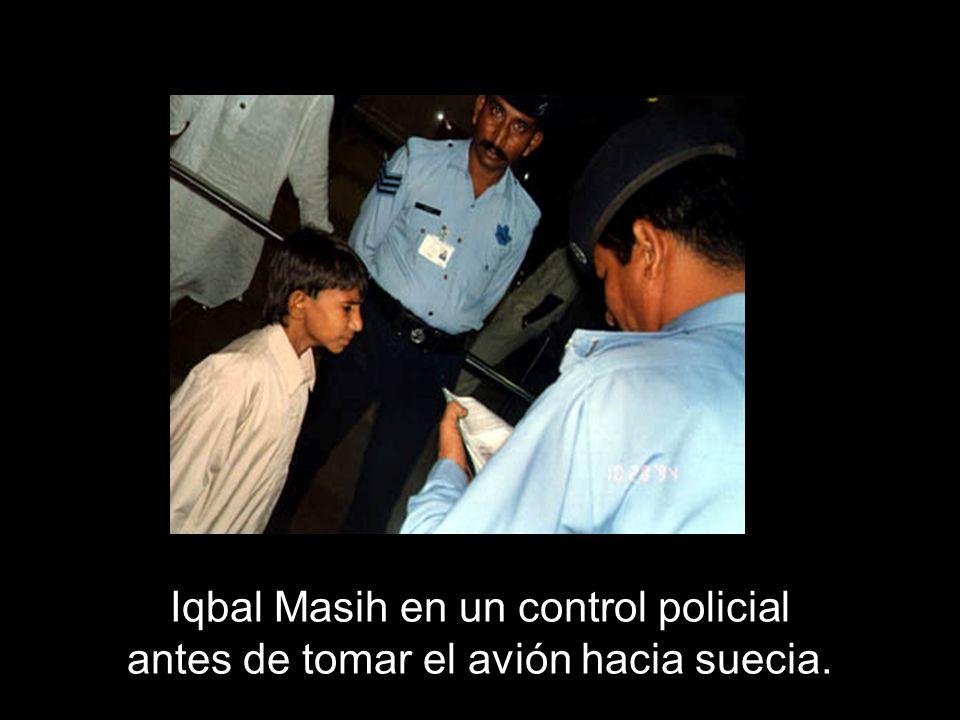 Iqbal Masih en un control policial antes de tomar el avión hacia suecia.