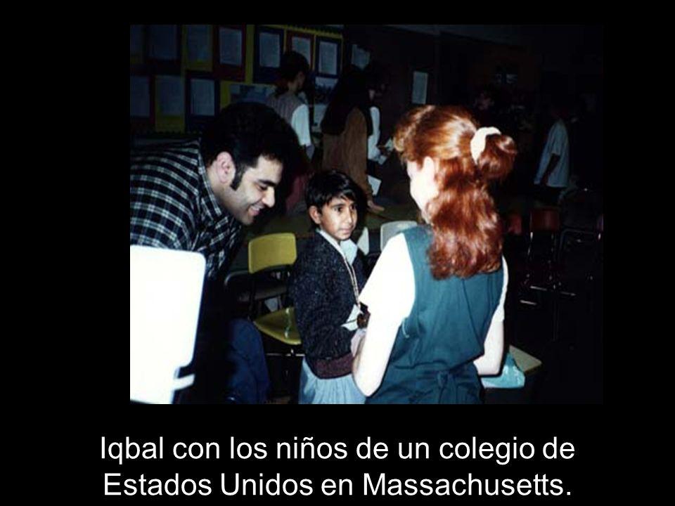 Iqbal con los niños de un colegio de Estados Unidos en Massachusetts.