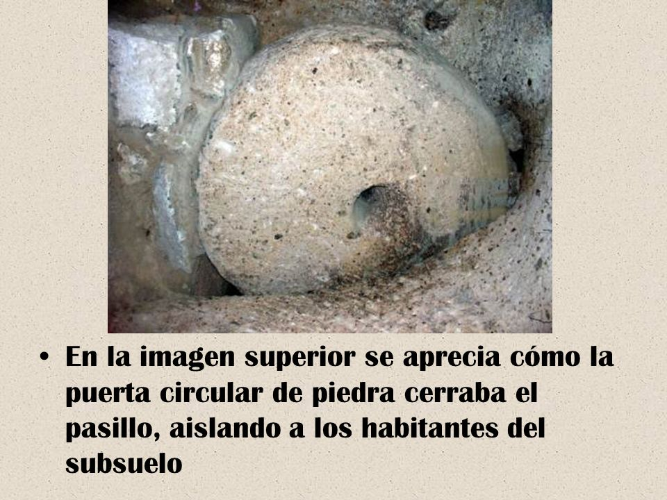 En la imagen superior se aprecia cómo la puerta circular de piedra cerraba el pasillo, aislando a los habitantes del subsuelo