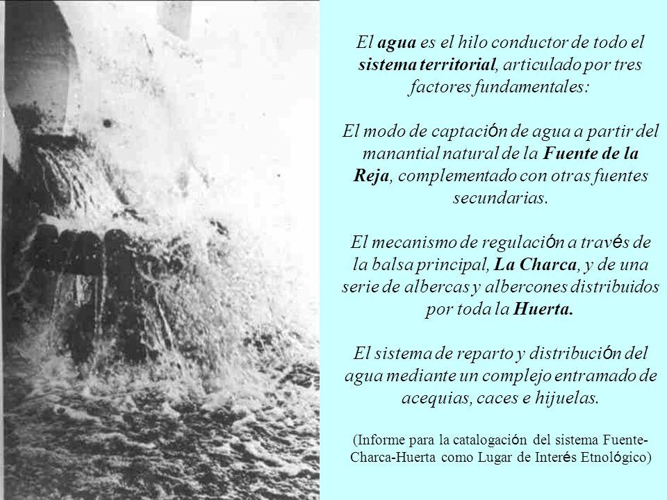 El agua es el hilo conductor de todo el sistema territorial, articulado por tres factores fundamentales: El modo de captación de agua a partir del manantial natural de la Fuente de la Reja, complementado con otras fuentes secundarias.