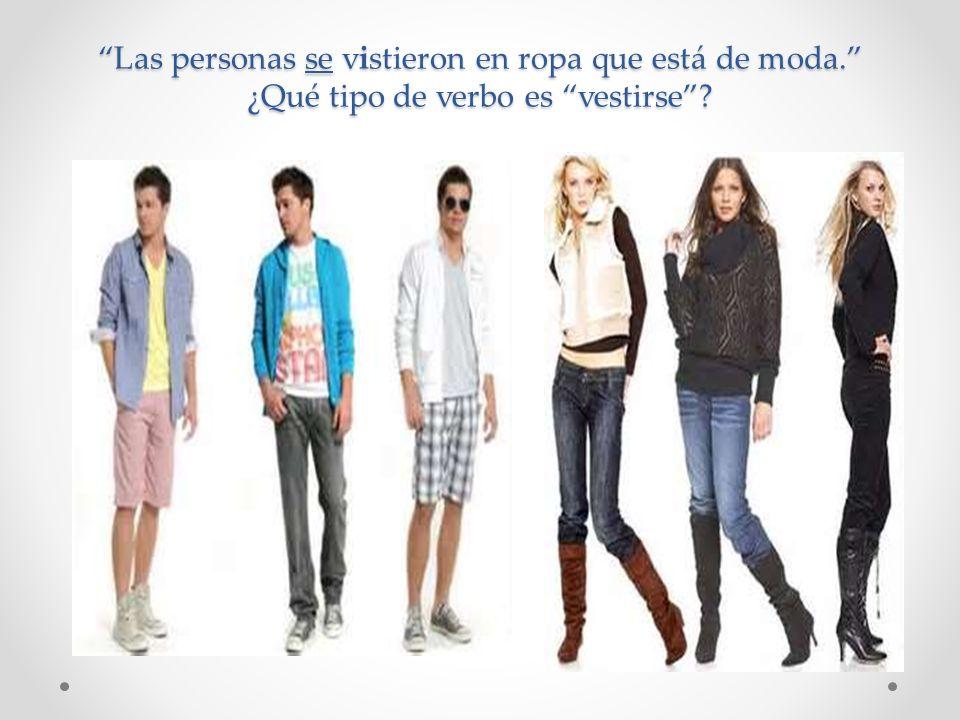 Las personas se vistieron en ropa que está de moda