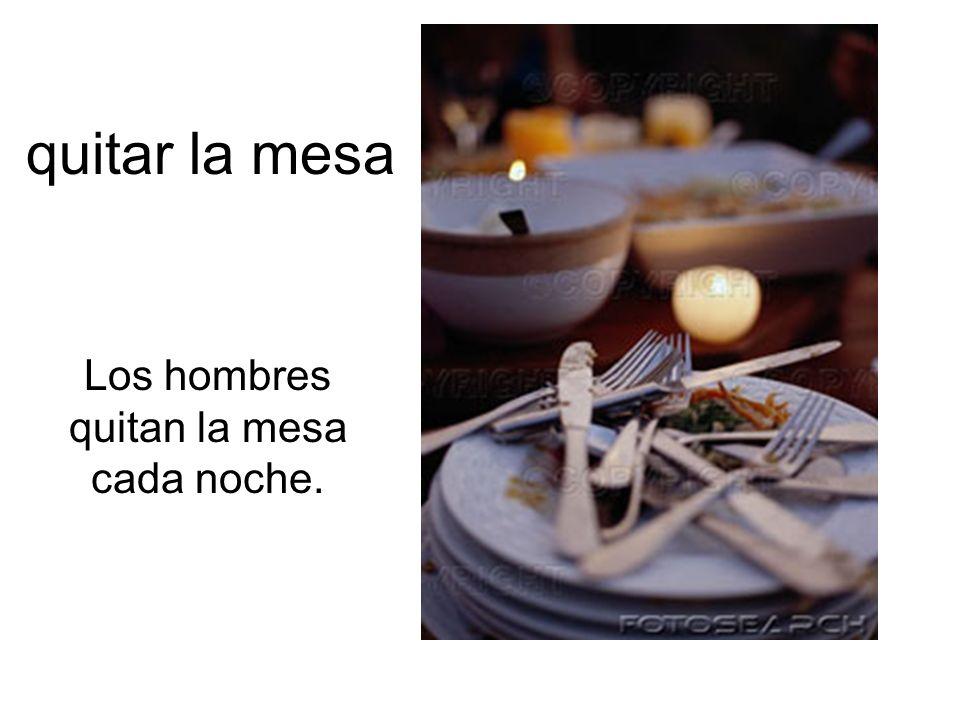 Los hombres quitan la mesa cada noche.