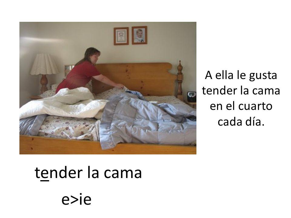 A ella le gusta tender la cama en el cuarto cada día.