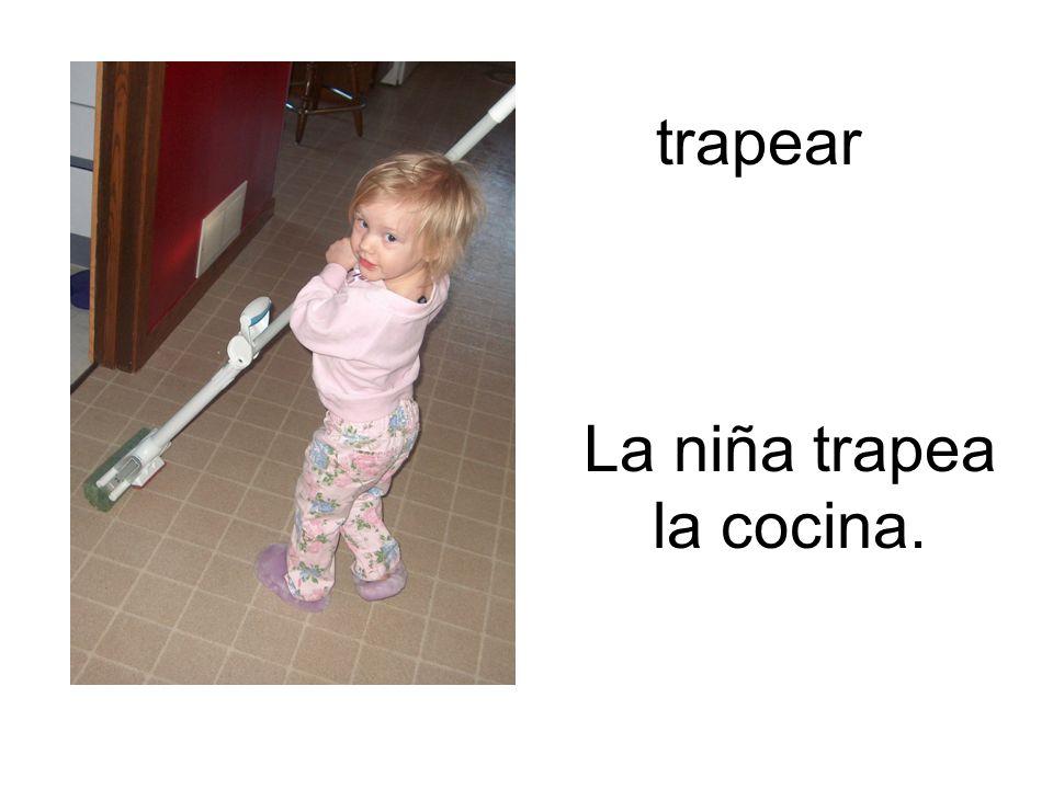 La niña trapea la cocina.