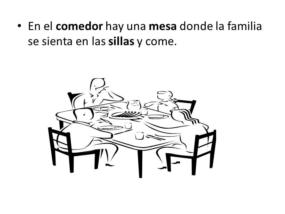 En el comedor hay una mesa donde la familia se sienta en las sillas y come.