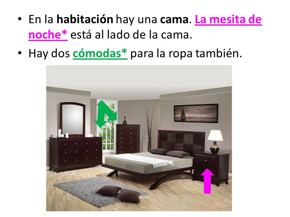 En la habitación hay una cama. La mesita de noche