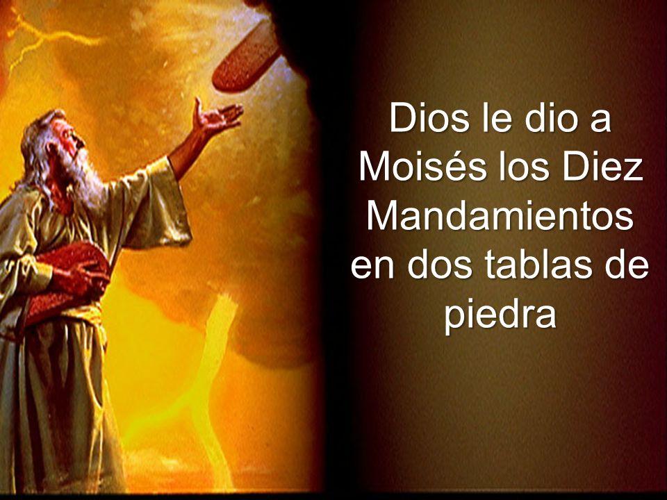 Dios le dio a Moisés los Diez Mandamientos en dos tablas de piedra