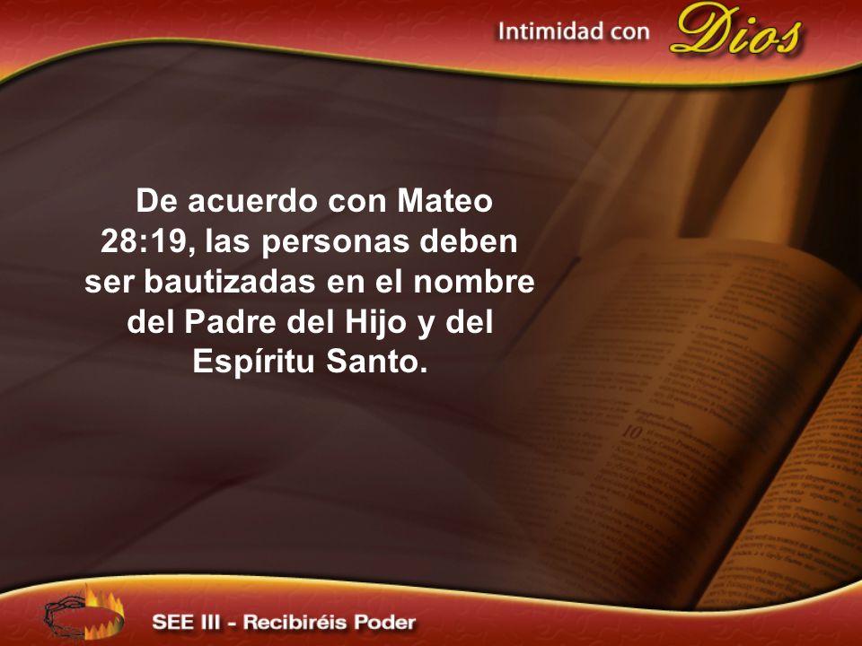 De acuerdo con Mateo 28:19, las personas deben ser bautizadas en el nombre del Padre del Hijo y del Espíritu Santo.