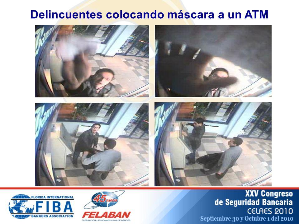Delincuentes colocando máscara a un ATM