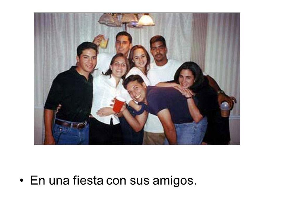 En una fiesta con sus amigos.