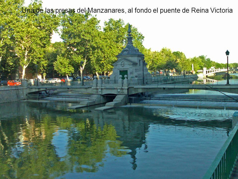 Una de las presas del Manzanares, al fondo el puente de Reina Victoria