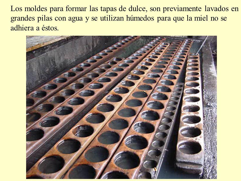 Los moldes para formar las tapas de dulce, son previamente lavados en