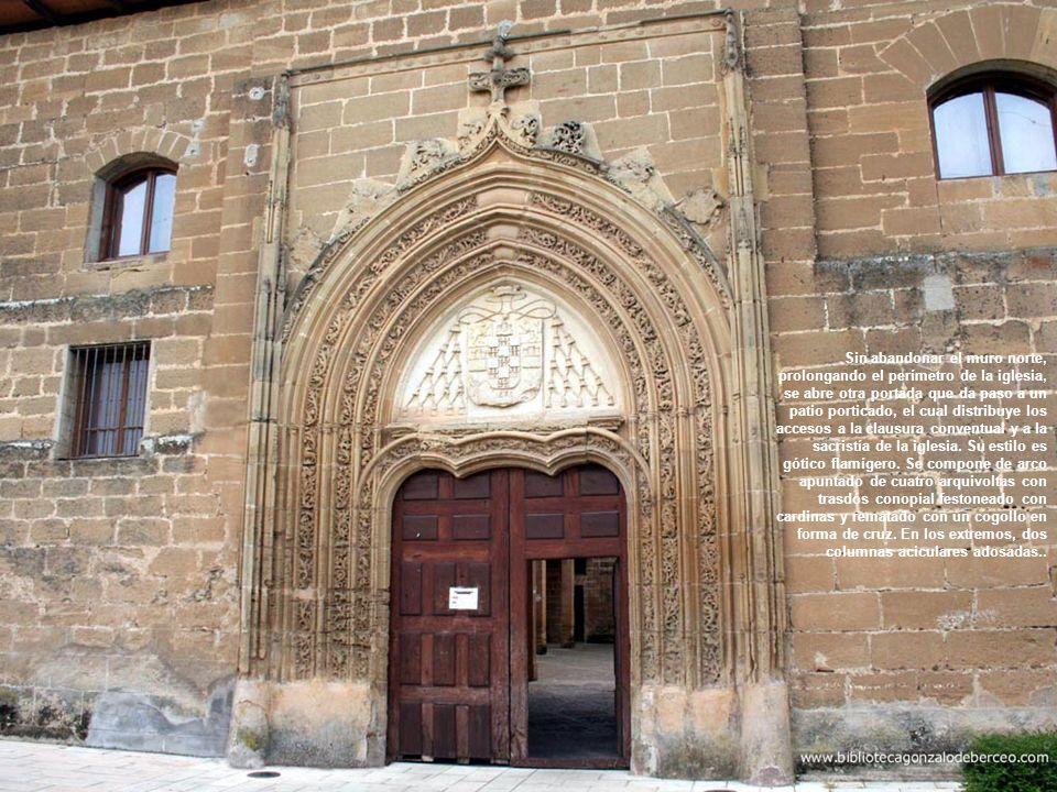 Sin abandonar el muro norte, prolongando el perímetro de la iglesia, se abre otra portada que da paso a un patio porticado, el cual distribuye los accesos a la clausura conventual y a la sacristía de la iglesia.