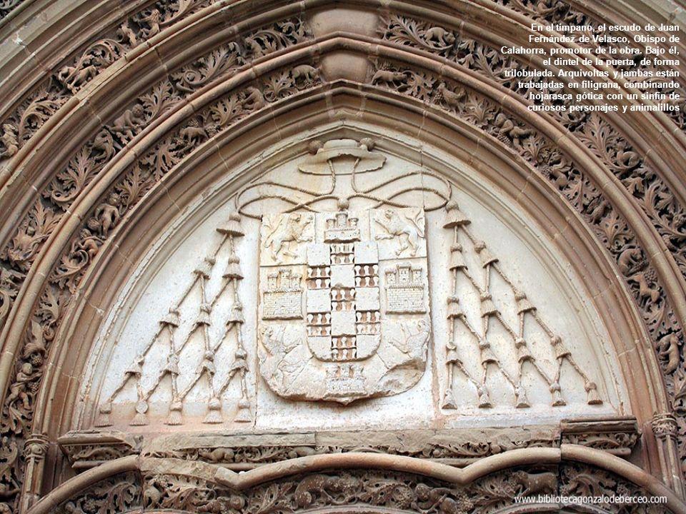 En el tímpano, el escudo de Juan Fernández de Velasco, Obispo de Calahorra, promotor de la obra.