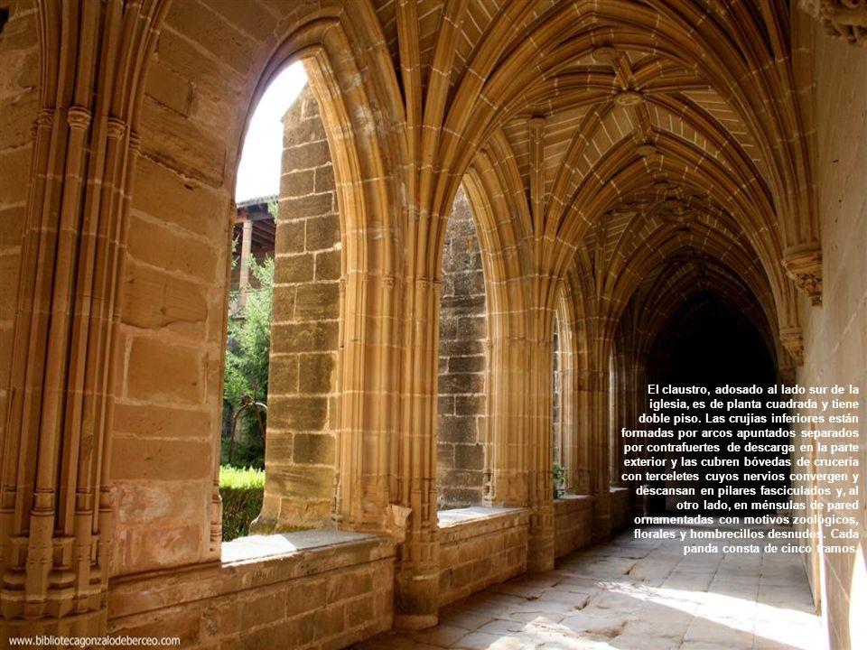 El claustro, adosado al lado sur de la iglesia, es de planta cuadrada y tiene doble piso.