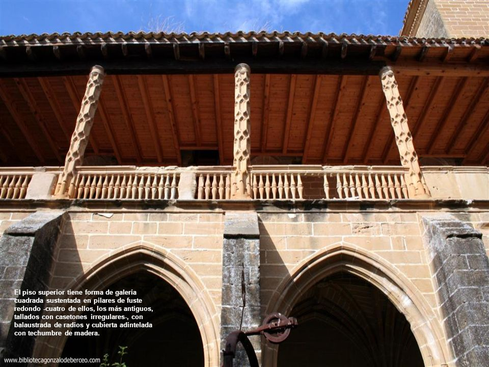 El piso superior tiene forma de galería cuadrada sustentada en pilares de fuste redondo -cuatro de ellos, los más antiguos, tallados con casetones irregulares-, con balaustrada de radios y cubierta adintelada con techumbre de madera.