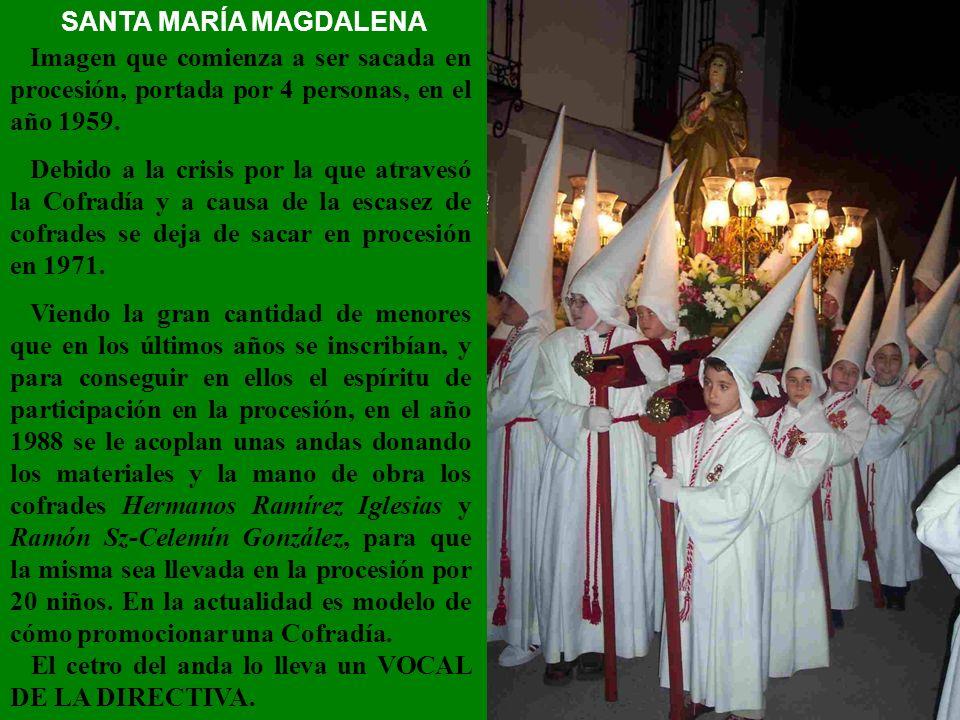 SANTA MARÍA MAGDALENA Imagen que comienza a ser sacada en procesión, portada por 4 personas, en el año 1959.