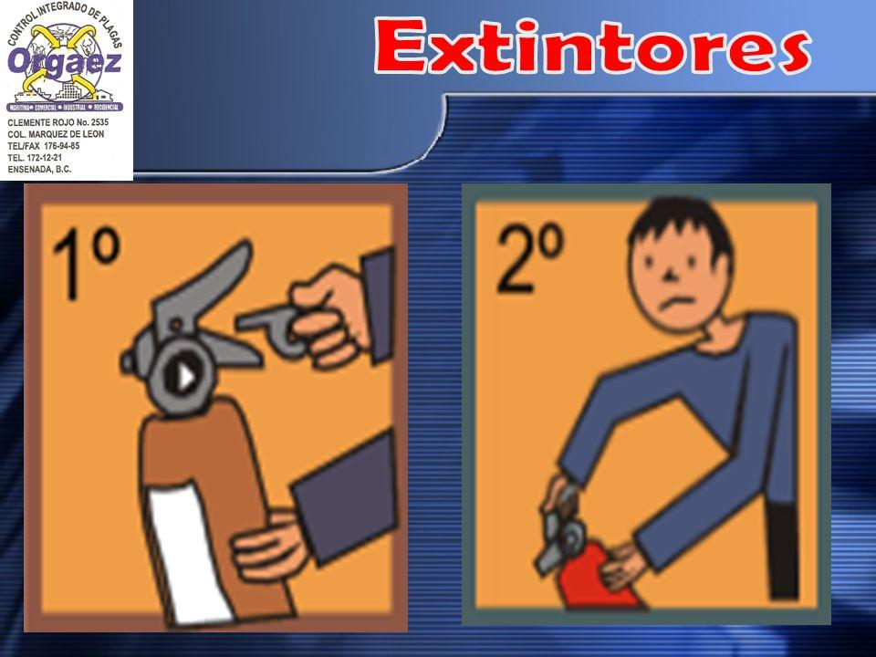 TIRE DEL PASADOR DE SEGURIDAD: ESTO HACE QUE LA PALANCA DE FUNCIONAMIENTO PUEDA MOVERSE Y LE PERMITE ACCIONAR EL EXTINTOR. ALGUNOS EXTINTORES TIENEN MECANISMOS DIFERENTES PARA HACER MOVER LA PALANCA.
